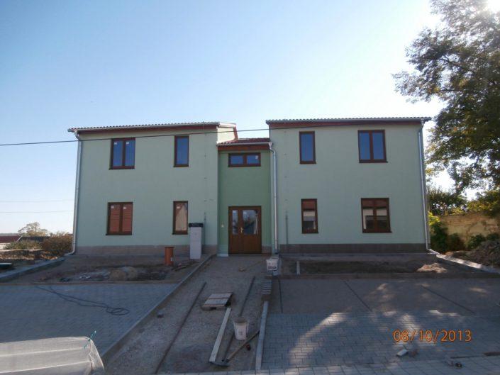 Výstavba bytového domu, Pravice